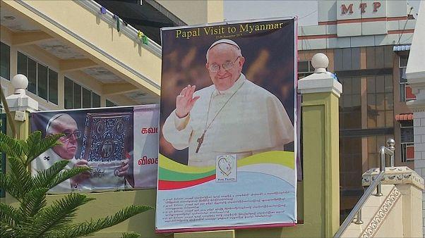 A pápa Mianmarba látogat