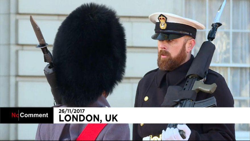 Marinos de la Royal Navy por primera vez en el cambio de guardia en Londres