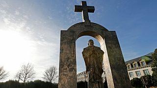 چالش حفظ صلیب بالای سر مجسمه ژان پل دوم در فرانسه