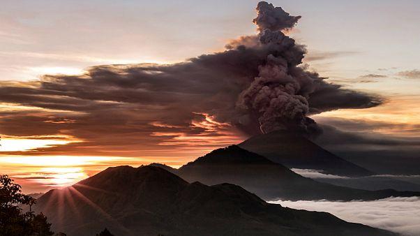 Вулкан Агунг извергает пепел