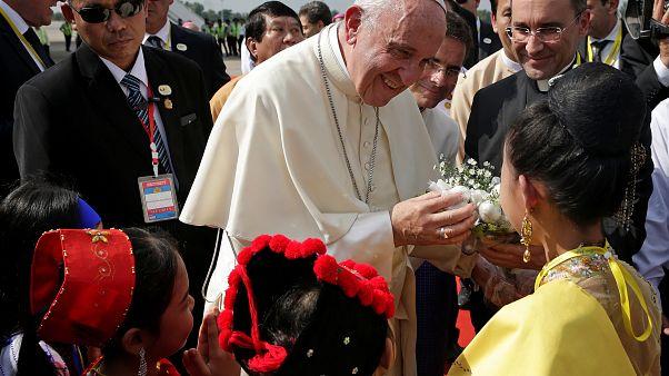 """Le pape s'autocensure : il ne dit pas le mot """"Rohingyas"""""""