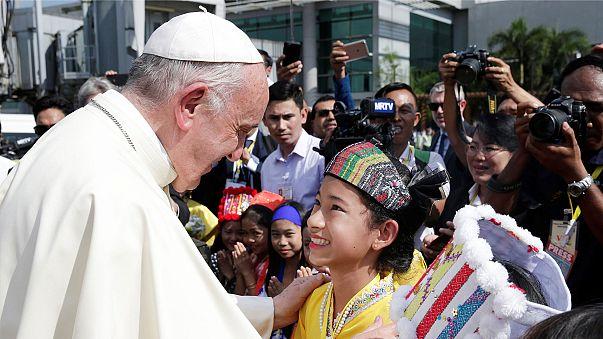 Megérkezett Mianmarba Ferenc pápa