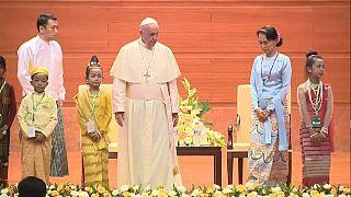 Papa Francis'ten Myanmar'da barış çağrısı