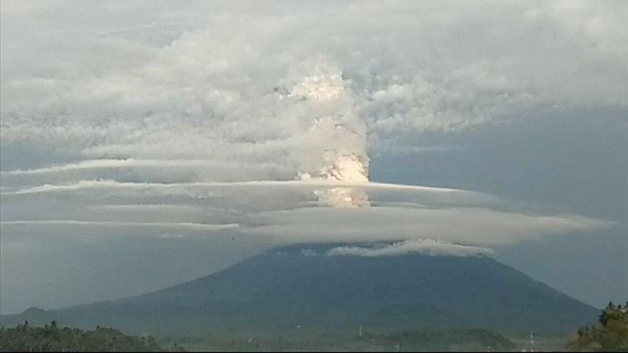 ثوران بركان جبل آجونج في جزيرة بالي الاندونيسية