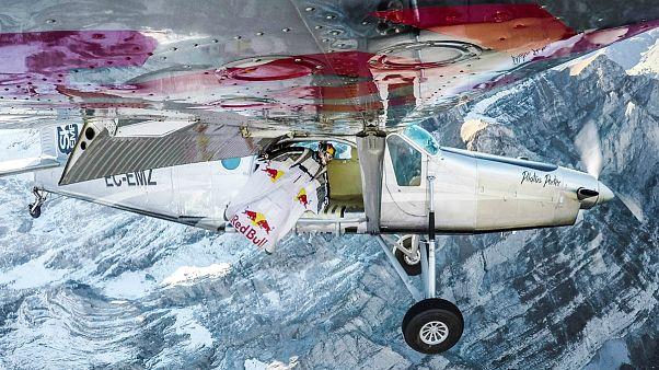 پرش با لباس بالدار و ورود به داخل هواپیمای در حال پرواز