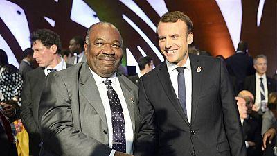 """""""Retrouvailles très chaleureuses"""" entre Ali Bongo et Macron au sommet UA-UE à Abidjan"""