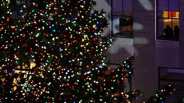 Felkapcsolták a manhattani óriás-karácsonyfa díszkivilágítását