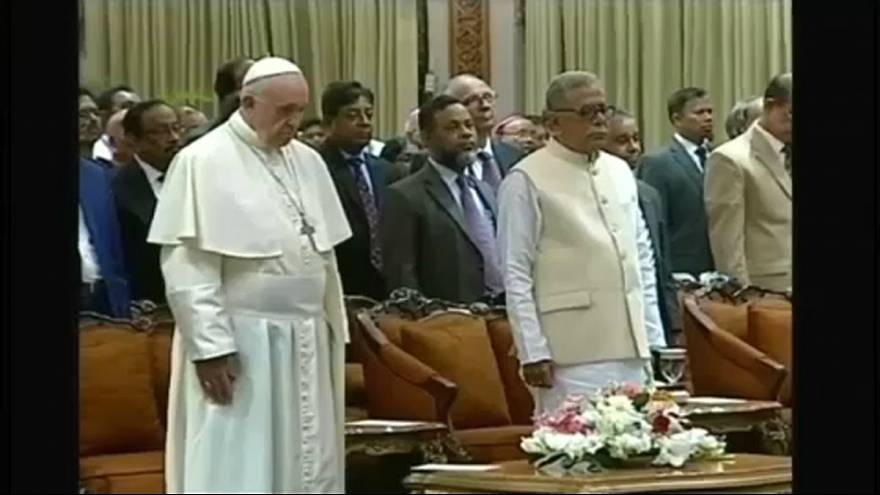 El papa pide en Bangladés ayuda urgente para los rohinyás