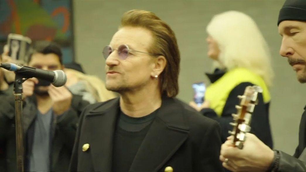 A berlini metróban adott meglepetéskoncertet a U2