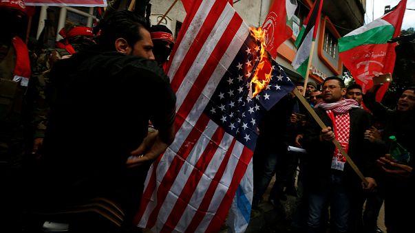 Izraeli és amerikai zászlókat égettek Gázában