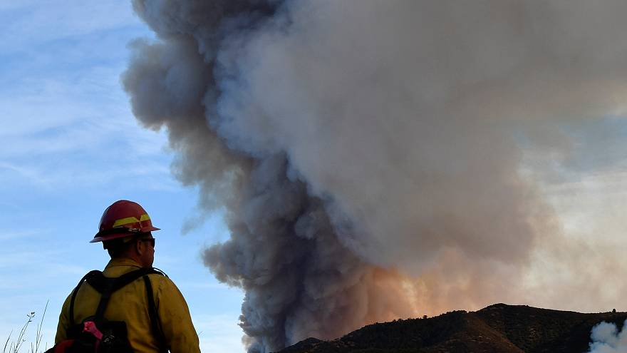 El fuego sigue avanzando sin control por el sur de California
