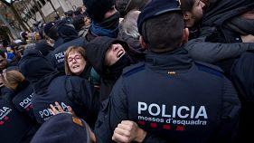 درگیری پلیس کاتالونیا با معترضان در مقابل موزه ای در کاتالونیا