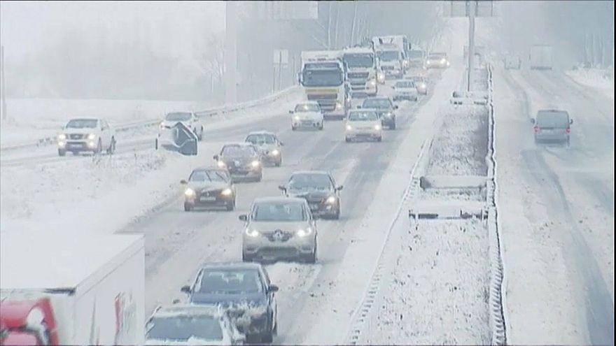 La nieve y los fuertes vientos azotan el oeste de Europa