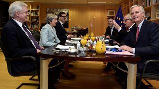 Los eurodiputados, cautos con el primer pacto del brexit