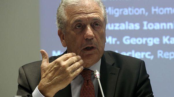 Avramopoulos recusa críticas sobre política de migração da UE