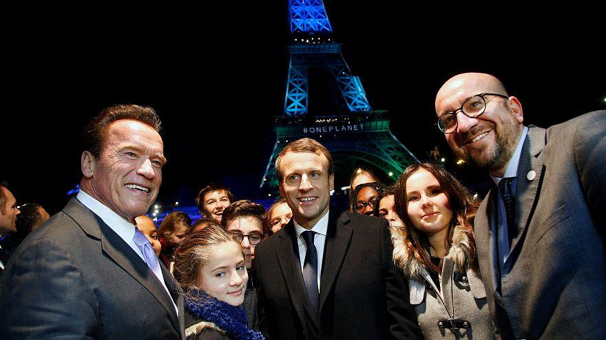 La Torre Eiffel se tiñe de luces al concluir la cumbre del clima