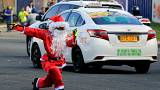 Aux Philippines, un officier de la circulation se déguise en Père Noël
