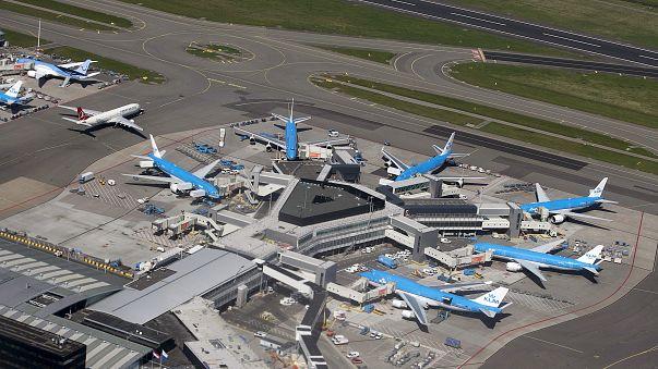 Késsel fenyegetőzött egy férfi az amszterdami reptéren