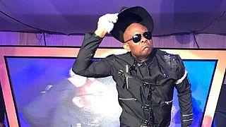 [Photos] Le banquier nigérian Tony Elumelu s'amuse en Michael Jackson