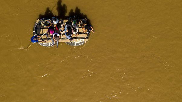 Image: Migrants cross the Suchiate River from Tecun Uman, Guatemala, to Ciu