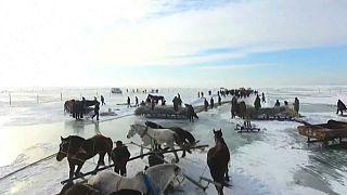چین؛ ماهیگیری از دریاچه یخزده چگان