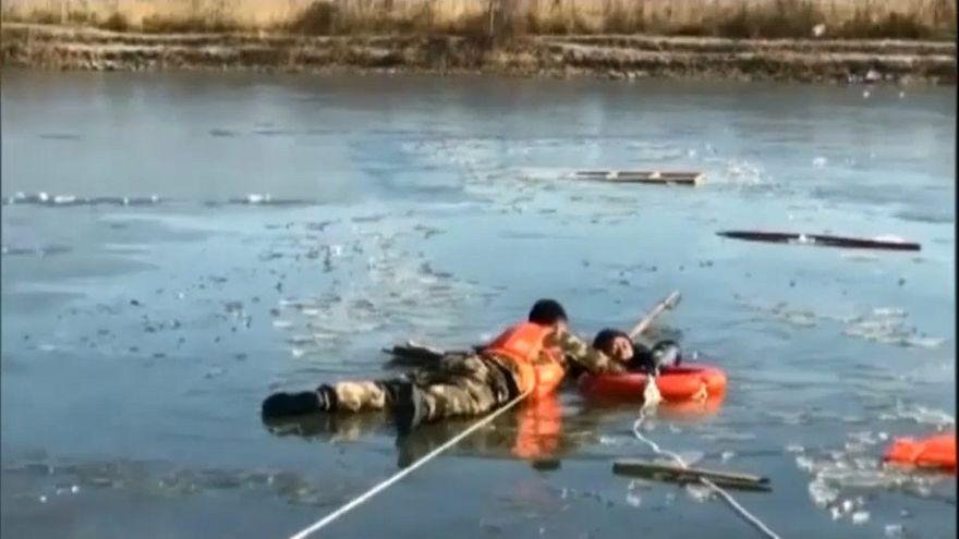 شاهد: إنقاذ صياد صيني وقع في حفرة ثلجية بنهر متجمد