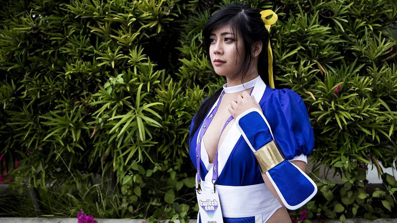 Image: Quqco cosplays as the character Kasumi at TwitchCon in San Diego on