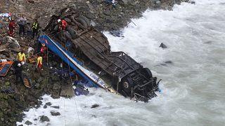 Bus precipita in un burrone, almeno 48 morti in Perù