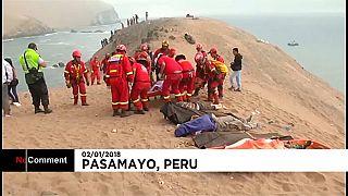 """عائلات ضحايا """"حافلة الموت"""" يتنقلون لمكان الحادث في البيرو"""