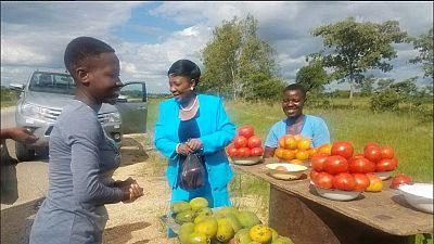 Zimbabwe : la 1ère dame entre critiques et admiration, après avoir acheté des tomates dans la rue