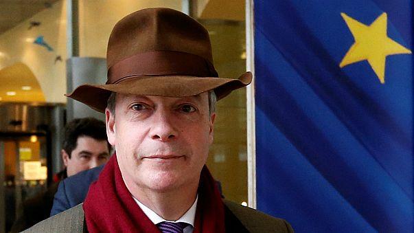Brexit: eurocético Farage pressiona Barnier