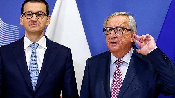 Un momento imbarazzante: l'incontro fra Juncker e Morawiecki