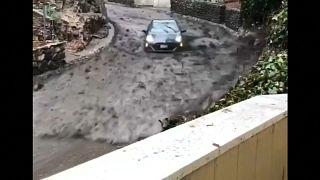 الفيضانات تقود سيارة إلى مصير مجهول بكاليفورنيا