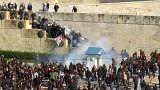 Zászlókkal verték a rendőröket a tüntetők