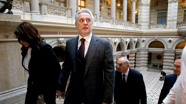 Image: Ukrainian oligarch Dmytro Firtash arrives at court in Vienna on Feb.