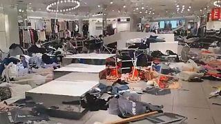 Protest gegen 'rassistische' Werbung: H&M-Läden verwüstet