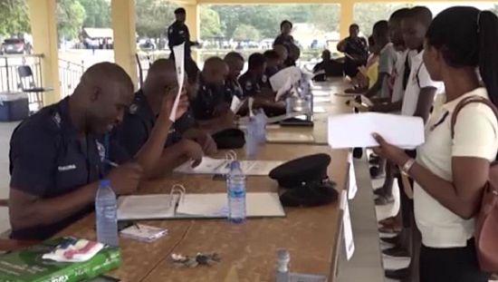 加纳青年围攻警察训练学校被招募到服务[无可奉告]
