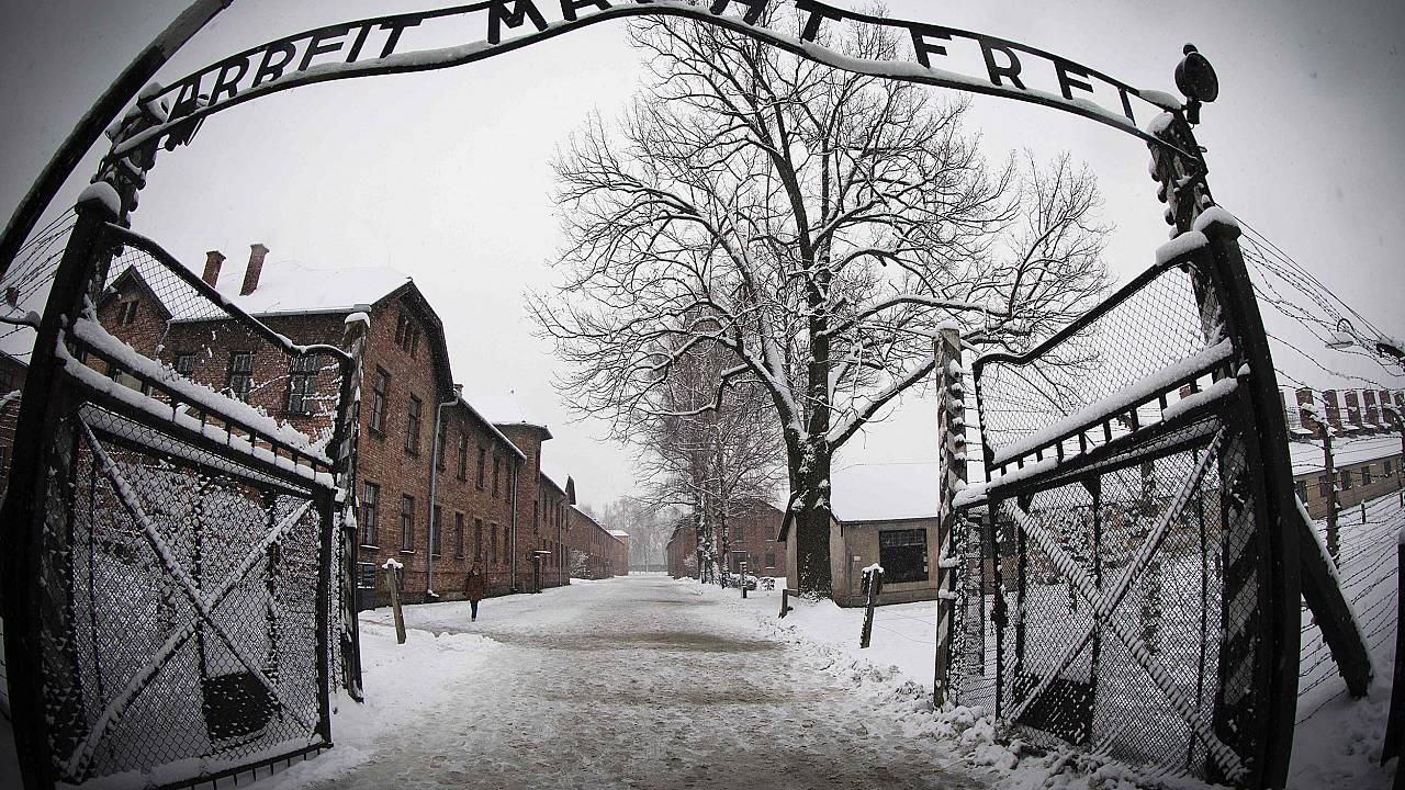 Image: The entrance to the former Nazi concentration camp Auschwitz-Birkena