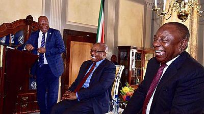 Jacob Zuma tout sourire à son cocktail d'adieu
