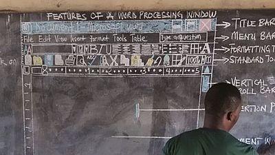 Apprendre le logiciel Microsoft Word à la craie, au tableau, un enseignant ghanéen l'a fait