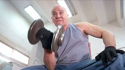 An 80-year-old Egyptian defies age, lifting weight and practising at his local gym [no comment]