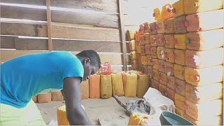 Cameroun : Ekok, sous perfusion de l'essence de contre-bande