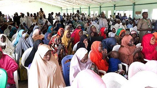 Le président nigérian rencontre les parents des écolières enlevées par Boko Haram [no comment]