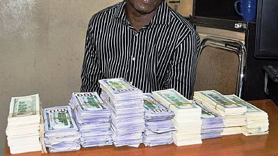 [Photos] Nigeria anti-graft outfit arrests man with 400,000 fake dollars
