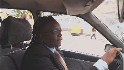 Maguy Washilona, le visage féminin du taxi à Kinshasa