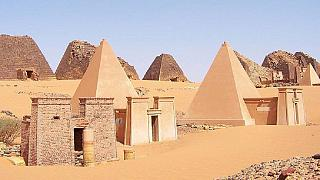 Soudan : des archéologues retirent des ossements d'une pyramide pour des tests