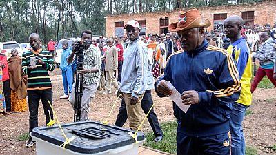 [Photos] Référendum au Burundi : en tenue sportive, le votant Nkurunziza, très serein