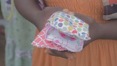 Cameroun : des serviettes offertes aux jeunes filles