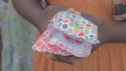 Une enseignante fabrique des serviettes hygiéniques lavables pour des jeunes filles [no comment]