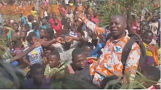 Guéri d'Ebola, un prêtre devient un héros en RDC